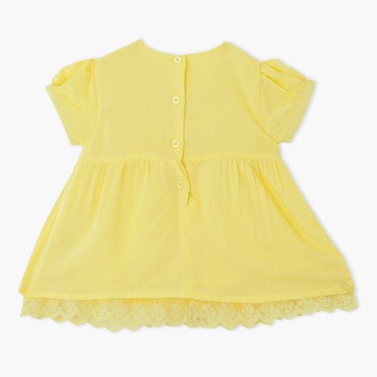 فستان بياقة مستديرة وأكمام قصيرة