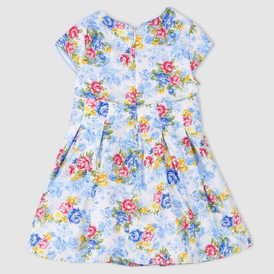 فستان بياقة مستديرة وأكمام كاب وطبعات