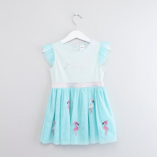فستان مزين بأكمام كاب وتفاصيل مزخرفة