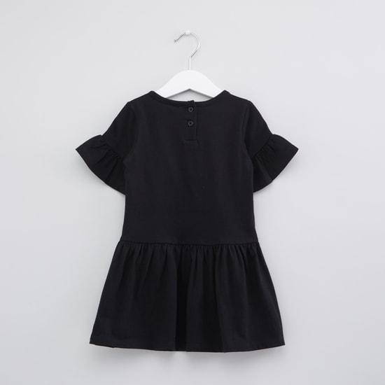فستان بأكمام قصيرة وياقة مستديرة وطبعات