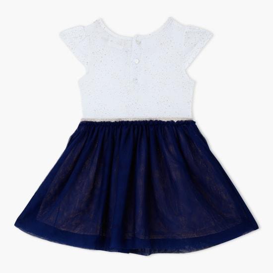 فستان بياقة مستديرة وتصميم مُزيّن بالترتر