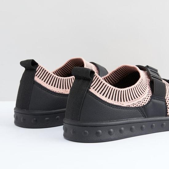 حذاء سهل الارتداء وبارز الملمس بإبزيم