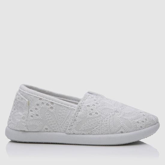 حذاء سهل الارتداء مُزيّن بالدانتيل