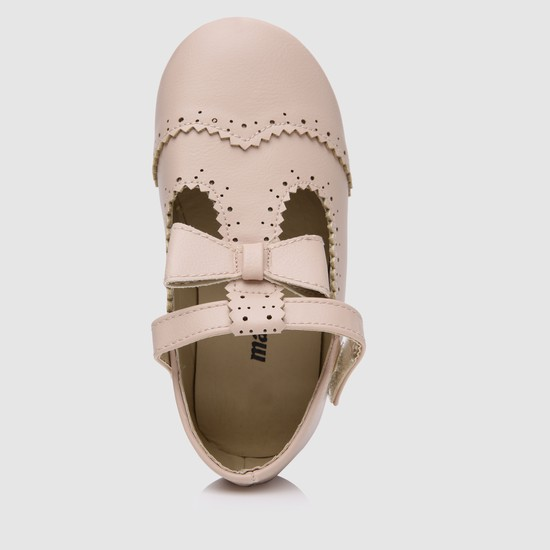 حذاء بتصميم مفرّغ بالليزر مع فيونكة مزخرفة