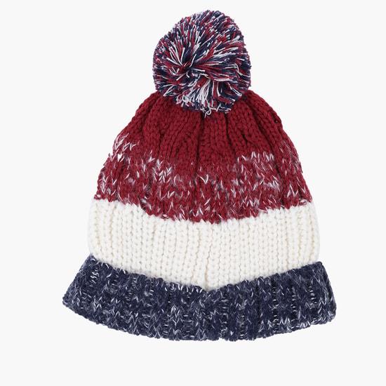 قبعة مزدانة بكريات ناعمة
