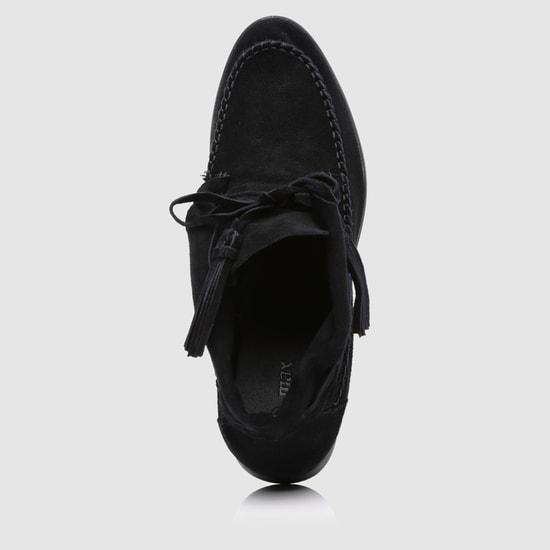 حذاء مطرّز بكعب منخفض