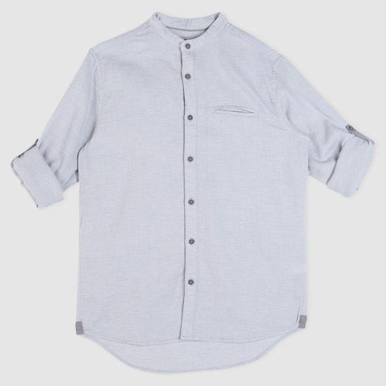 قميص بياقة ماندارين وأكمام طويلة وألسنة تثبيت