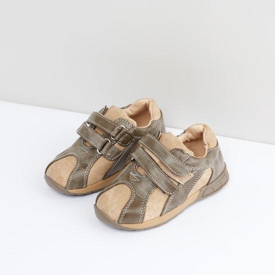 حذاء بارز الملمس بشريط إغلاق