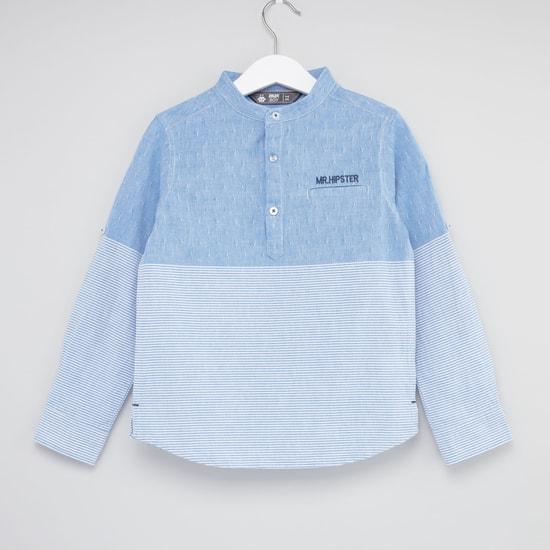 قميص مقلّم بياقة هينلي وأزرار