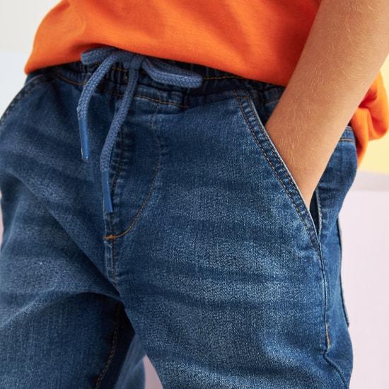بنطال جينز طويل بأساور مطّاطية وجيوب ورباط