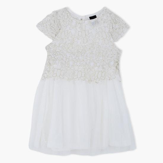 فستان من الدانتيل محبوك ومطرّز