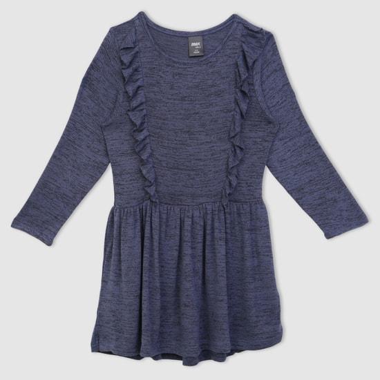 فستان بأكمام طويلة ومزيّن بالكشكش