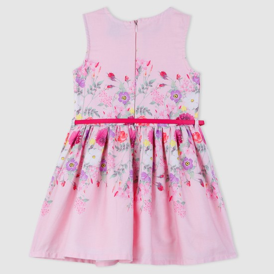 فستان دون أكمام مزيّن بطبعات أزهار