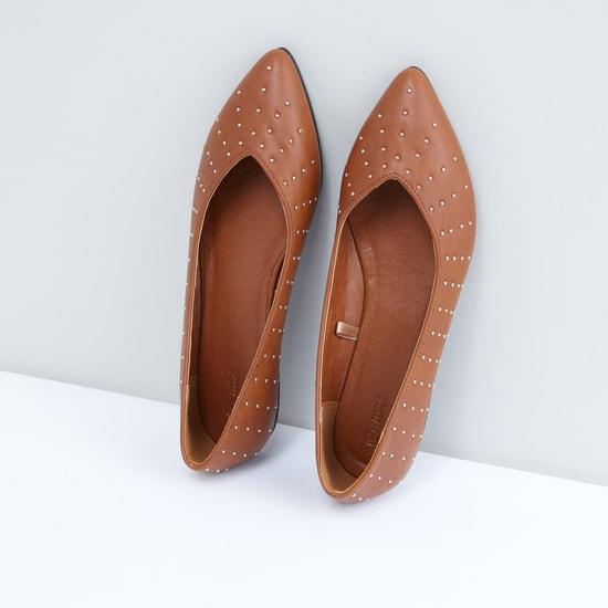 حذاء مرصّع سهل الارتداء