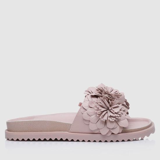 حذاء خفيف مزيّن بأزهار وبكعب منخفض