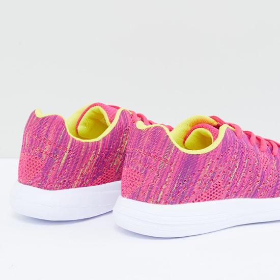 حذاء برباط وطبعات
