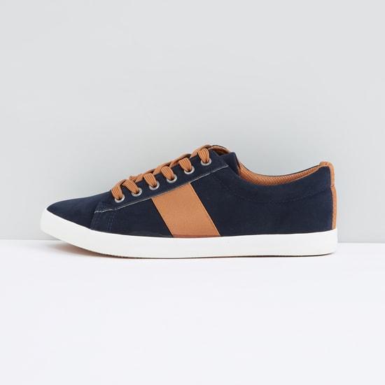 حذاء سنيكرز بارز الملمس برباط