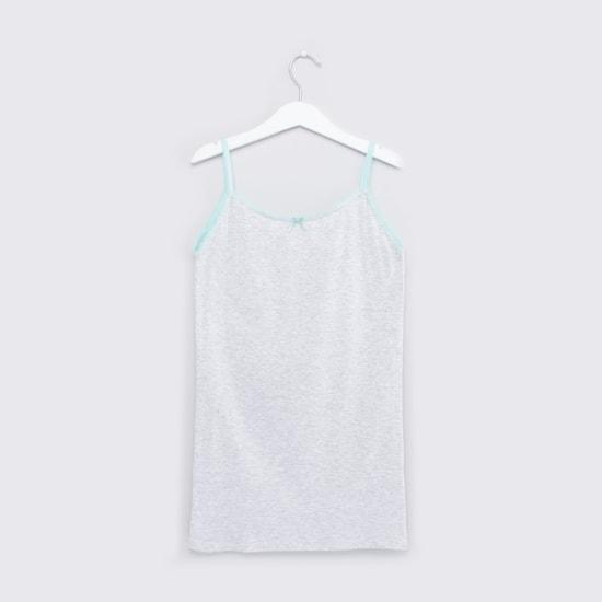 قميص داخلي قصير بحمالات رفيعة وتفاصيل دانتيل- طقم من قطعتين