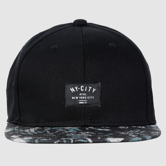 قبعة منقوشة بزر كبّاس للإغلاق