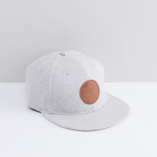 قبعة كاب بتفاصيل شارة
