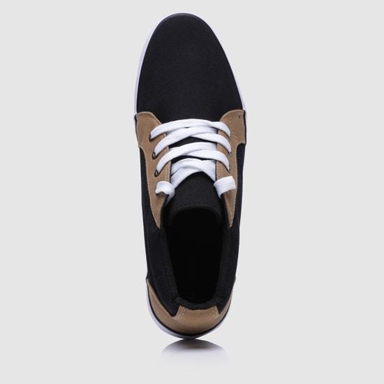 حذاء سنيكرز بتصميم بارز الملمس ورباط إغلاق