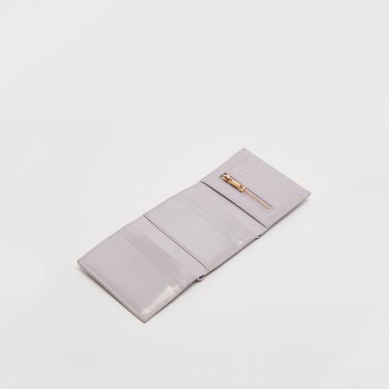 محفظة بارزة الملمس بطيّة ثلاثية وزر كبّاس للإغلاق