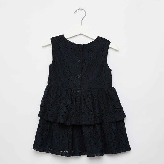 فستان دانتيل مزخرف بالزهور بياقة مستديرة وإغلاق بأزرار