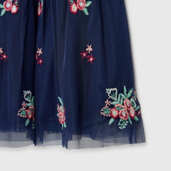 فستان بتطريز الأزهار وأكمام قصيرة وتفاصيل شبكية