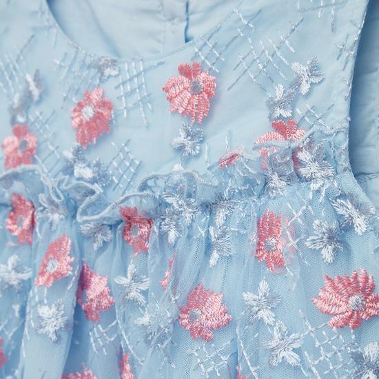 فستان مطرز دون أكمام بياقة مستديرة وتفاصيل زهرية