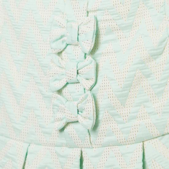 فستان جاكار مخطط بأكمام كاب وتزيينات فيونكة