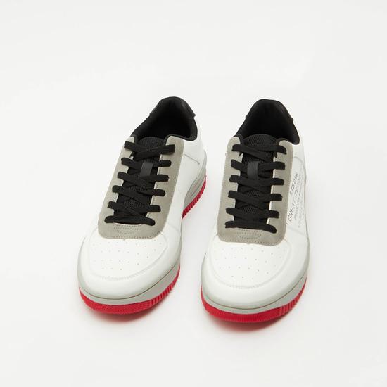 حذاء سنيكرز بطبعات ورباط إغلاق