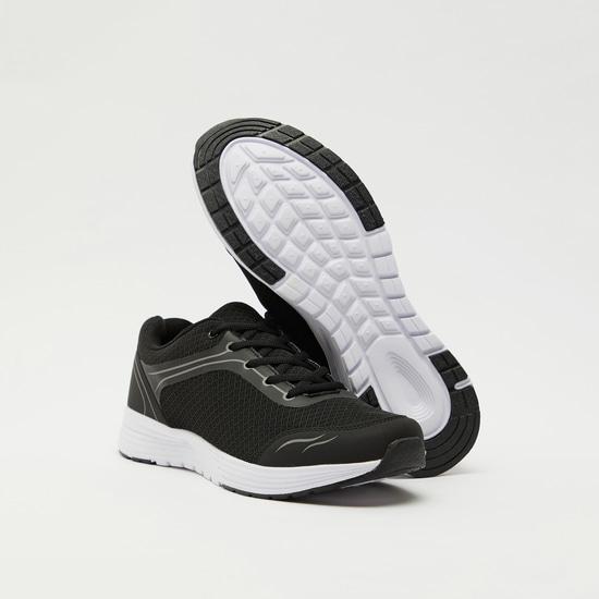 حذاء رياضي سادة بتفاصيل شبكة ورباط إغلاق