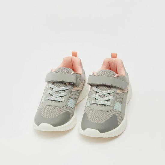 حذاء رياضي بارز الملمس بشريطة إغلاق