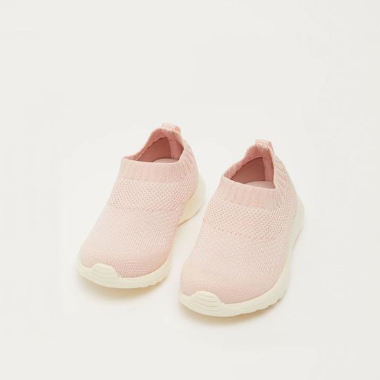 حذاء مشي بارز الملمس بلسان سحب وحواف مطاطية