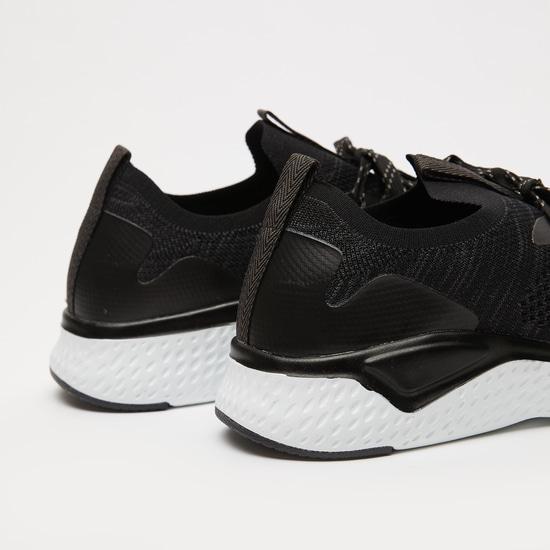 حذاء رياضي بارز الملمس برباط إغلاق