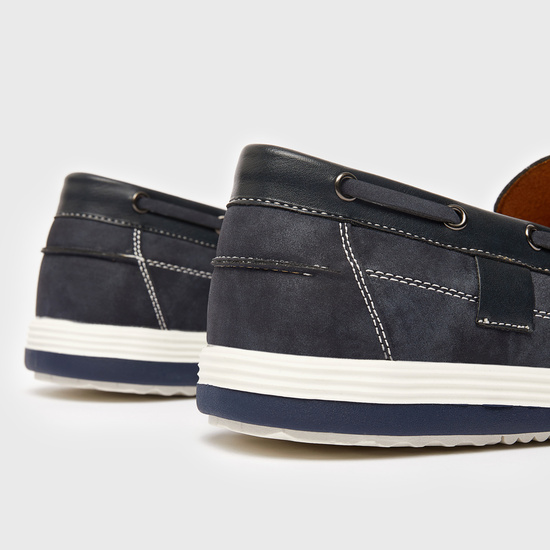حذاء سادة سهل الارتداء بتفاصيل مغرزة