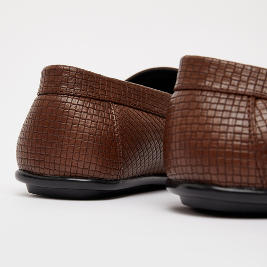 حذاء بارز الملمس سهل الارتداء بتفاصيل مضفرة