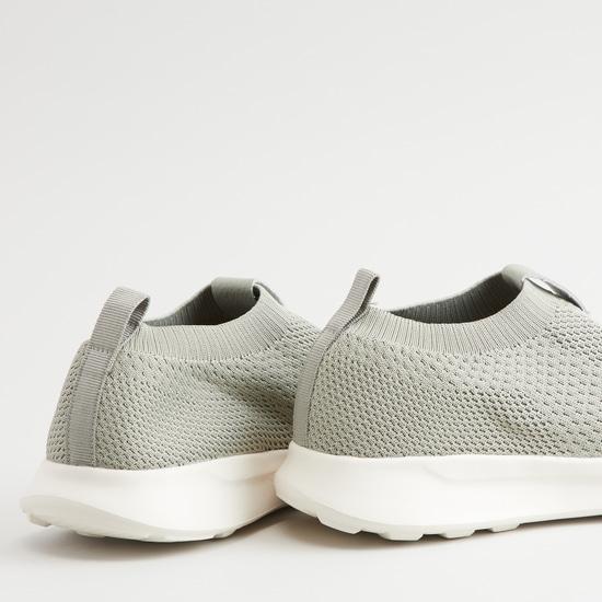 حذاء سهل الارتداء بارز الملمس بلسان سحب