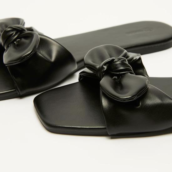 حذاء خفيف سادة بفيونكة لامعة