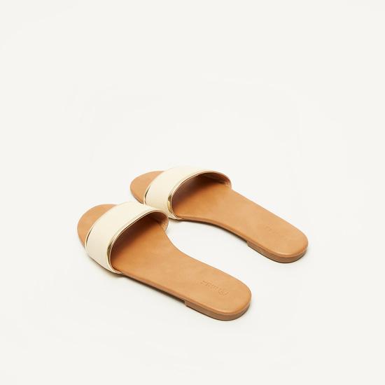 حذاء خفيف بارز الملمس بتفاصيل ميتاليك