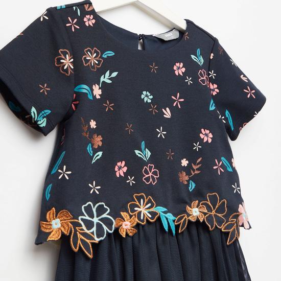 فستان مطرز بأكمام قصيرة وتفاصيل شبكية