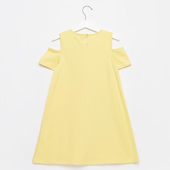 فستان بأكمام قصيرة وأكتاف مكشوفة وطبعات