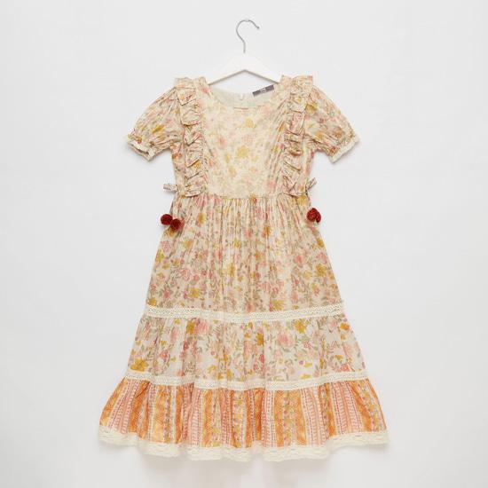 فستان ماكسي بأكمام قصيرة وتفاصيل كشكش وطبعات