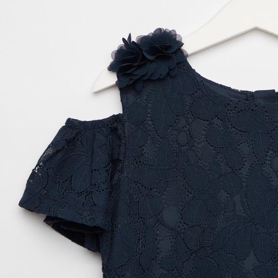 فستان مكشوف الأكتاف بأكمام قصيرة وتفاصيل دانتيل