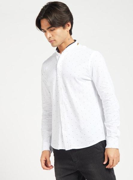 قميص بقصّة عادية وياقة ماندارين وأكمام طويلة وطبعات