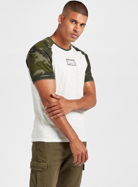 Slim Fit Camouflage Print T-shirt with Raglan Sleeves and Scoop Hem