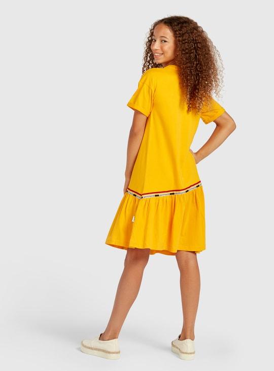 فستان بأكمام قصيرة بطول الركبة وطبعات هاري بوتر