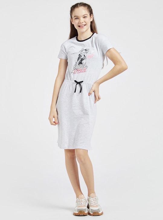 فستان بياقة مستديرة وأكمام قصيرة وطبعات جوجو سيوا