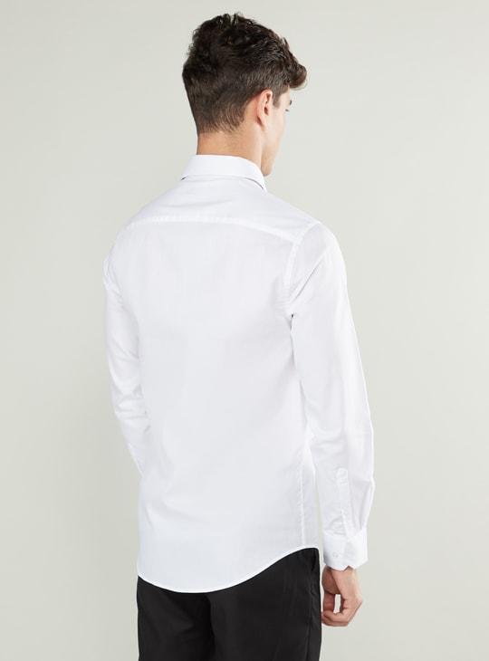 قميص سادة بياقة عالية وقصة ضيقة وجيب خارجي