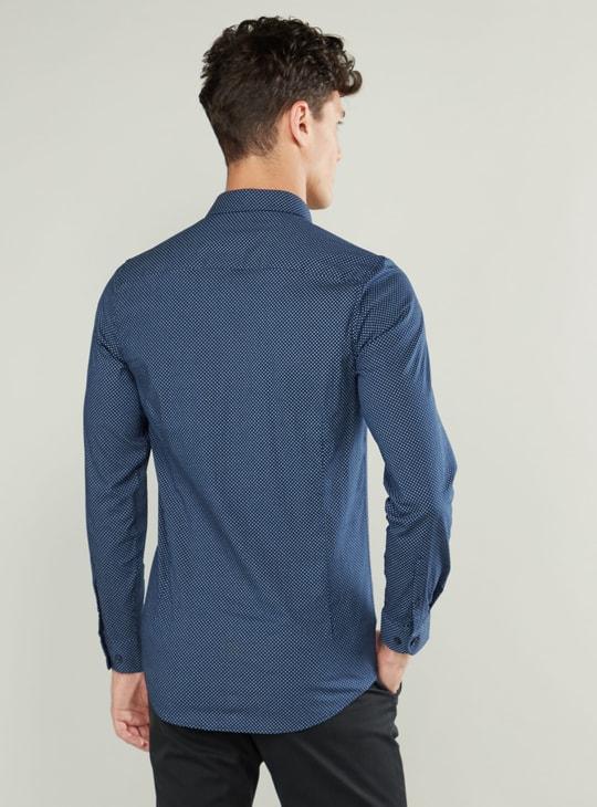 قميص بأكمام طويلة ووصلة أزرار كاملة وطبعات